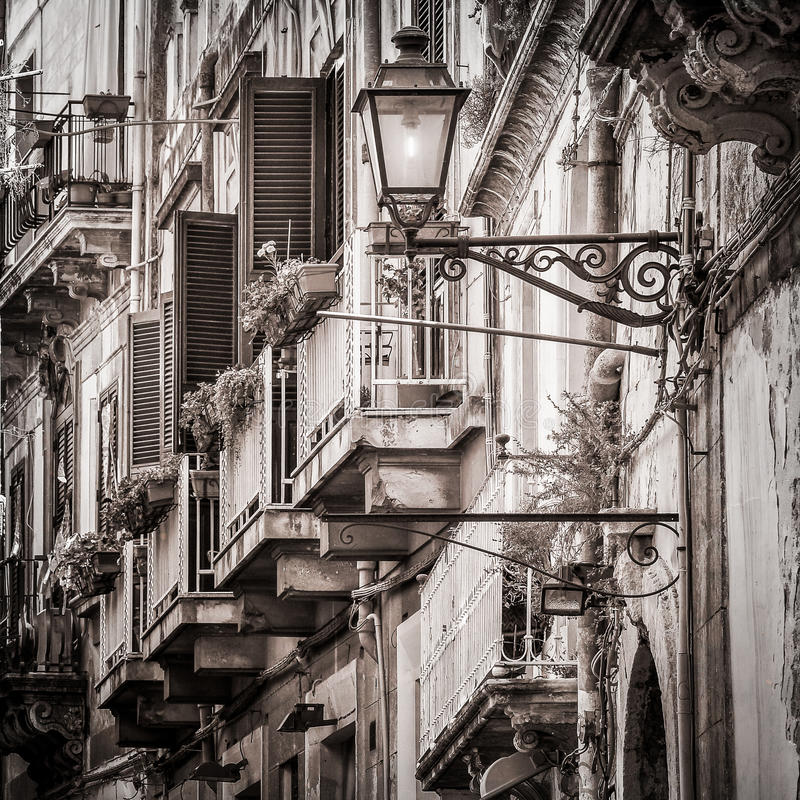 Balcões do vintage e lâmpada de rua bonitos em mediterrâneo velho imagem de stock