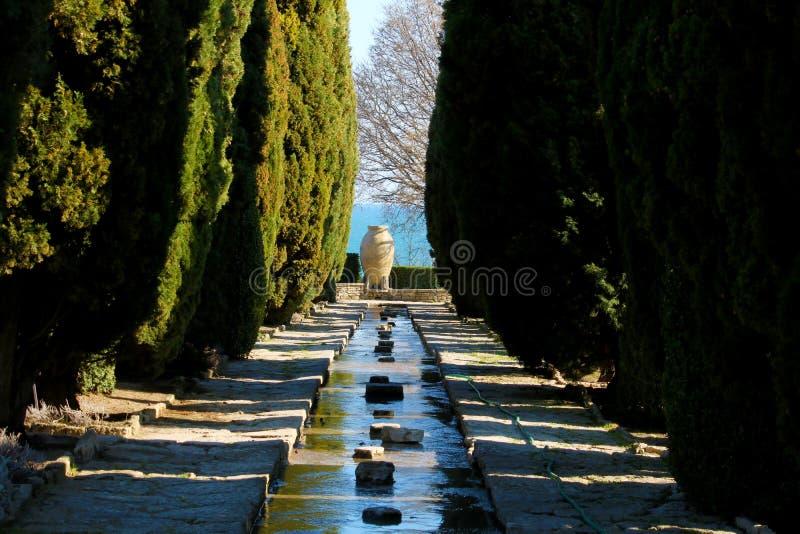 BALCHIK, BULGÁRIA - 3 DE ABRIL DE 2019: Jardim botânico, uma parte do palácio de Balchik da rainha romena Maria fotografia de stock
