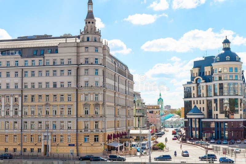 Balchugstraat en Raushskaya-dijk in Moskou stock fotografie