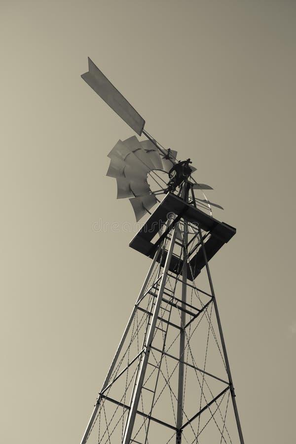 Balck antiquato e mulino a vento bianco di potenza fotografia stock