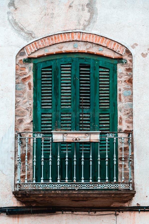 Balcon âgé vert de bâtiment de cru Architecture européenne classique photos stock