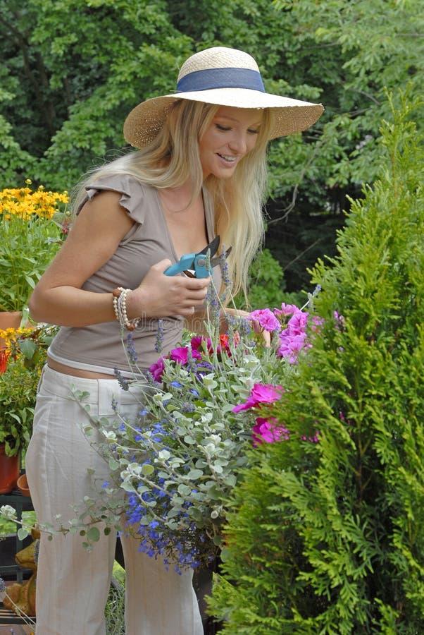 Balcon avec des fleurs photographie stock libre de droits