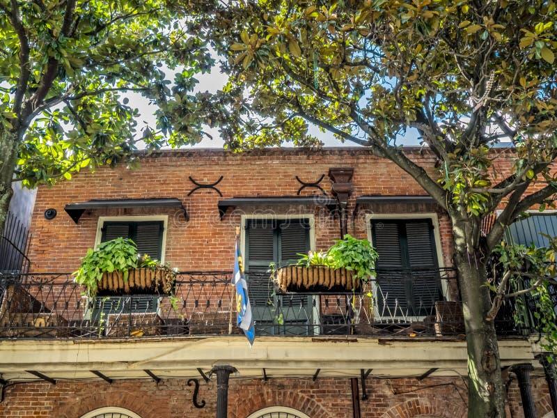 Balcon avec des usines et drapeau dans le quartier français 2 images stock