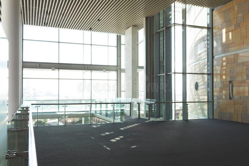 Balcon commercial vide de bureau image stock