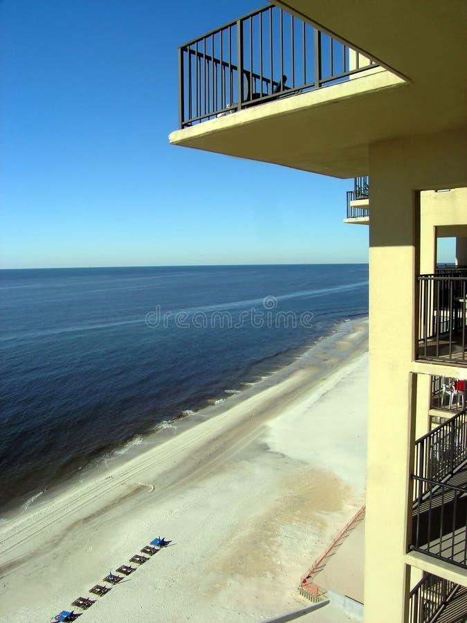 Balcon d'hôtel de plage photographie stock libre de droits