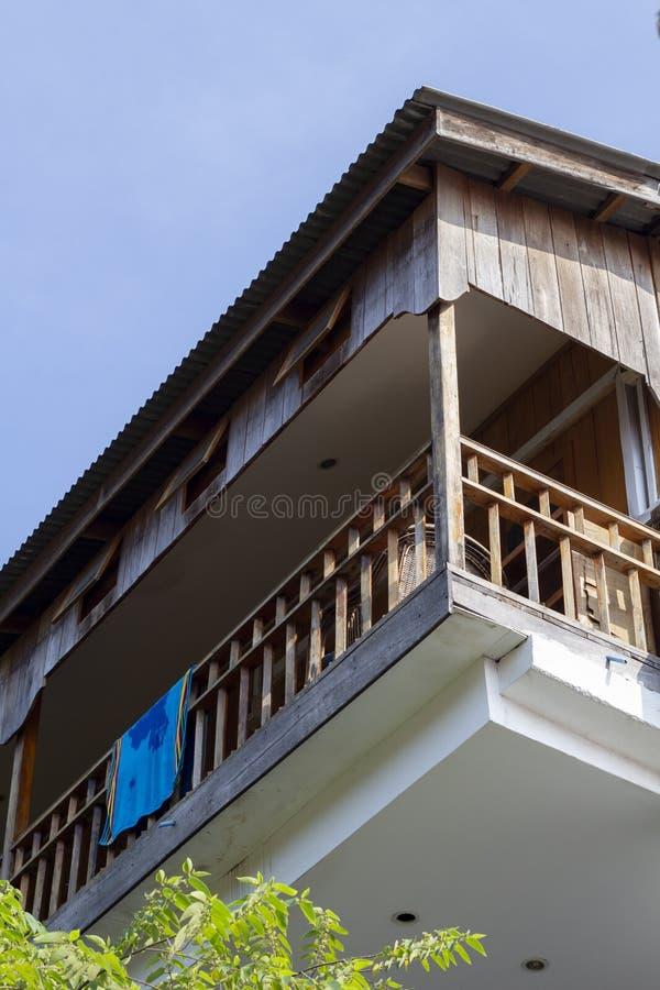 Balcon d'hôtel indigène de cottage de style en île tropicale Serviette de plage sur le balcon rustique de dépendance photographie stock