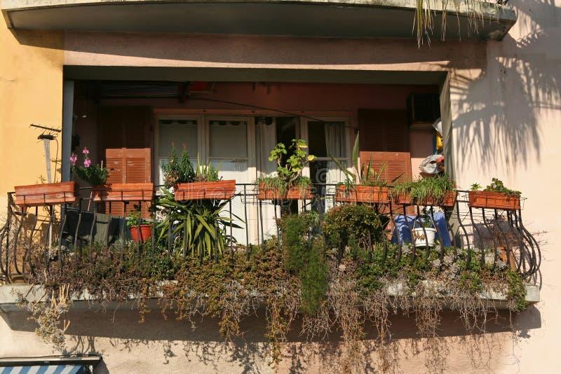 Balcon dans le méditerranéen photographie stock libre de droits