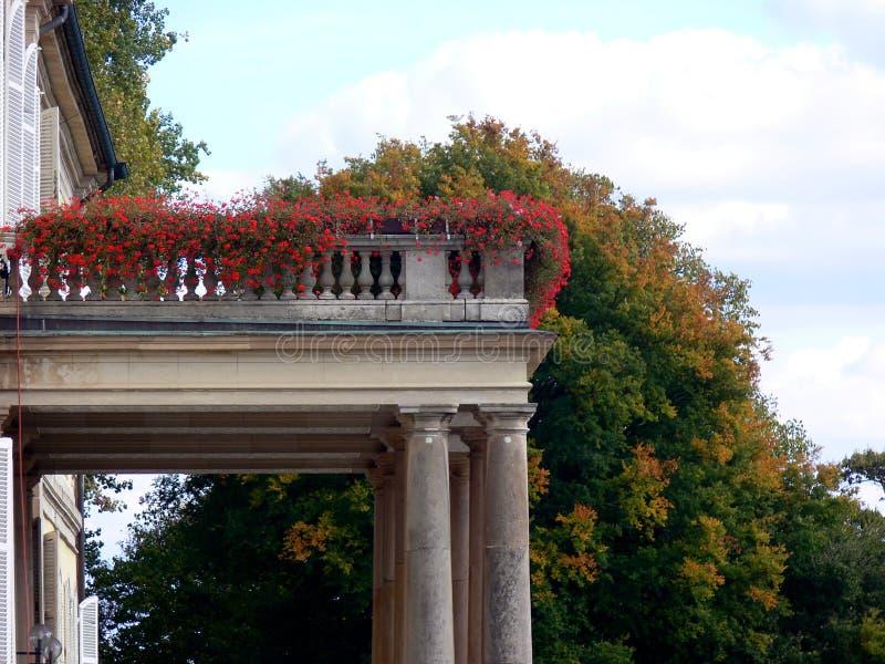 Balcon de château de grès avec des compositions florales images libres de droits