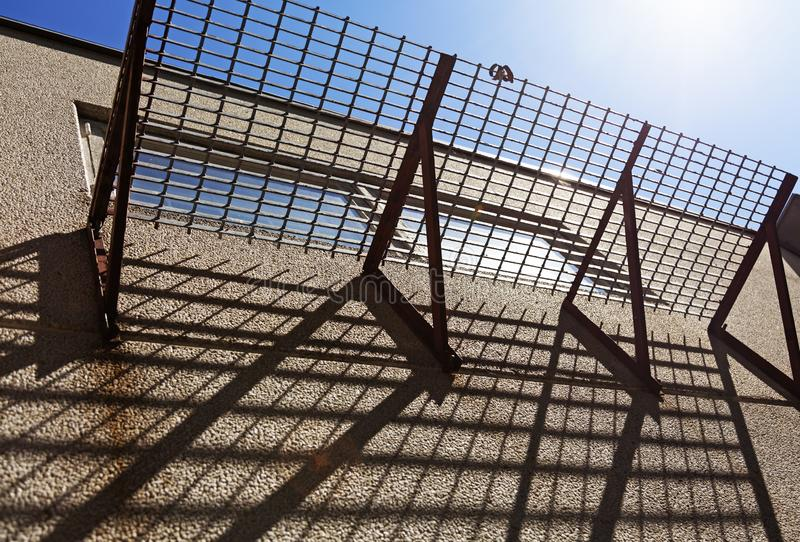 Balcon de grille qui jette des ombres photos stock