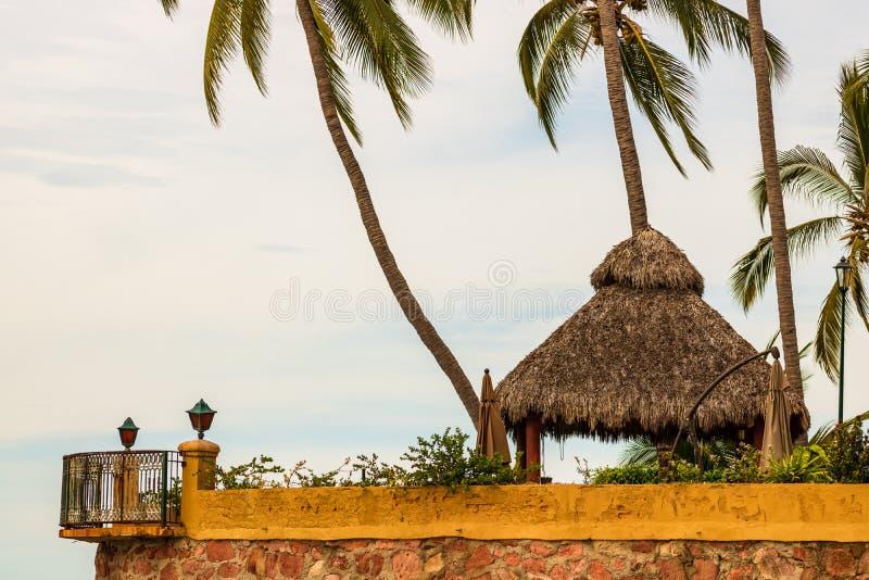 Balcon de hotel sobre la playa en Puerto Vallarta, México fotos de archivo libres de regalías