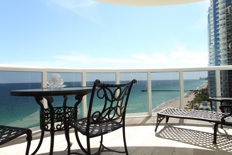 Balcon de luxe de logement image stock