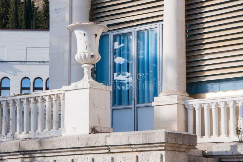 Balcon de marbre blanc antique avec des colonnes images libres de droits