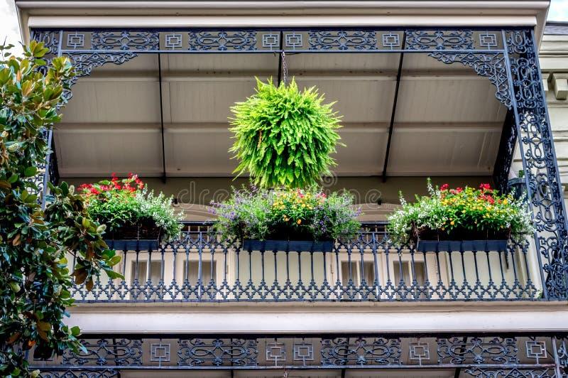 Balcon de quartier français de la Nouvelle-Orléans avec des fleurs photo libre de droits