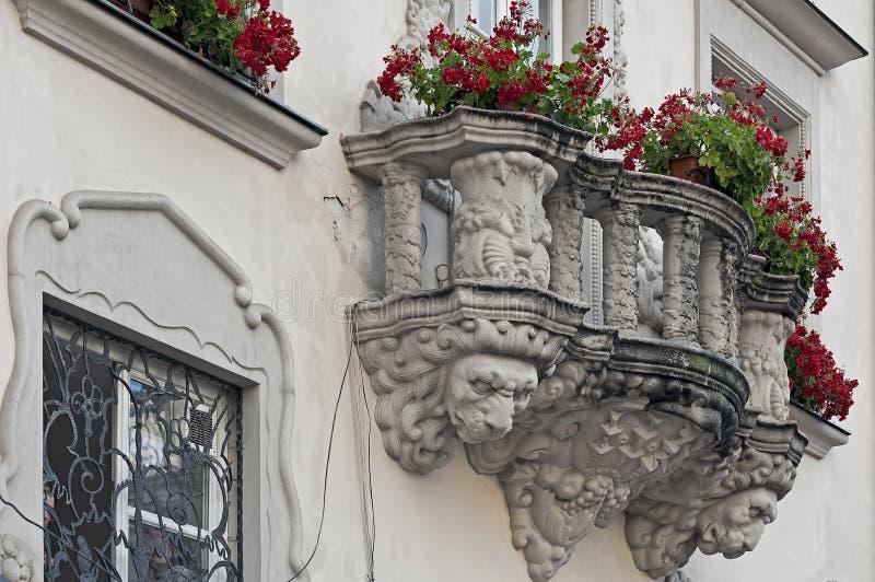 Balcon de vieil Art Nouveau de construction sur la place du marché à Lviv, Ukraine image libre de droits