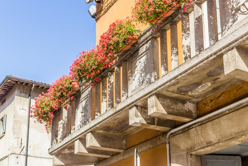 balcon de vintage avec les pétunias fuchsia image stock