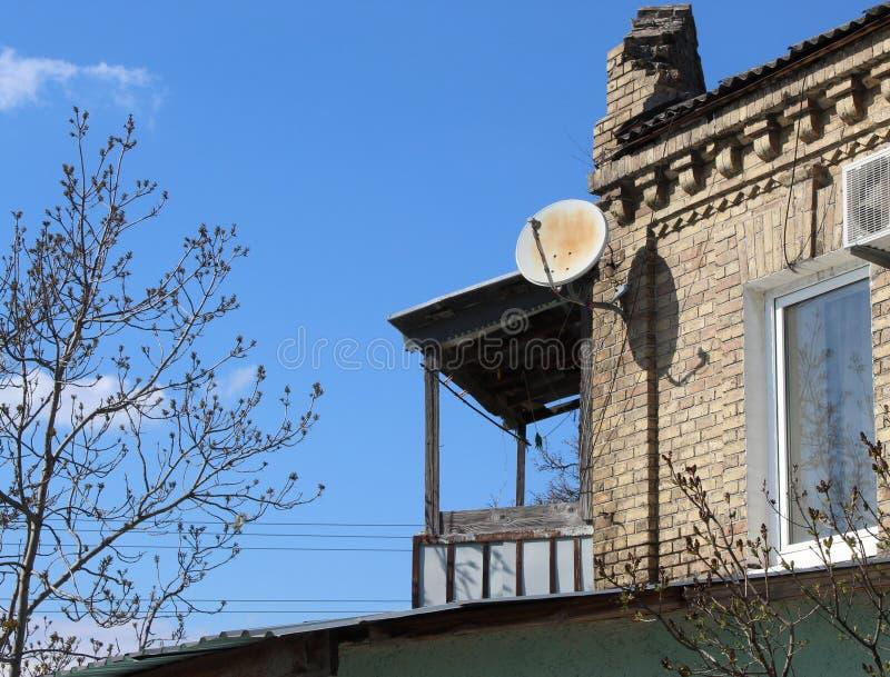 Balcon en bois d'une petite maison photo libre de droits