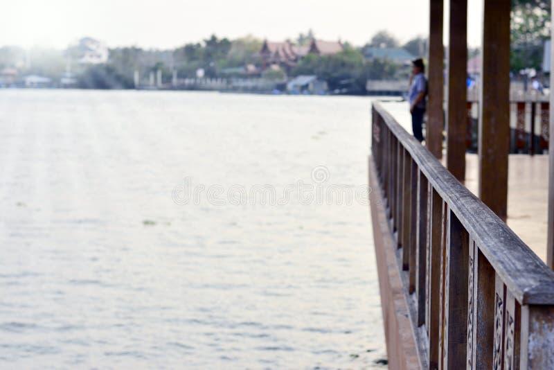 Balcon en bois ou terrasse en bois près de la rivière avec la lumière du soleil photographie stock