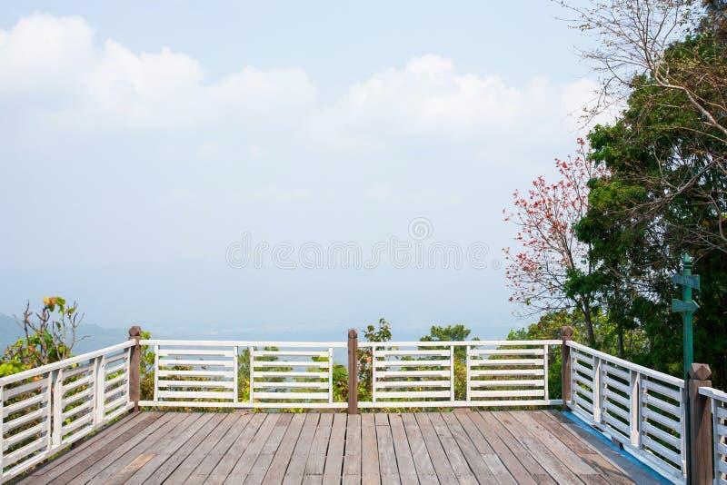 Balcon et terrasse vides sur le point de vue avec le ciel bleu-clair, clou photo libre de droits