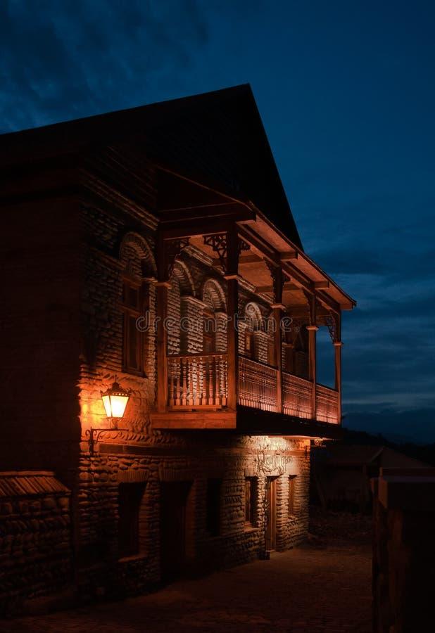Balcon géorgien la nuit photographie stock libre de droits