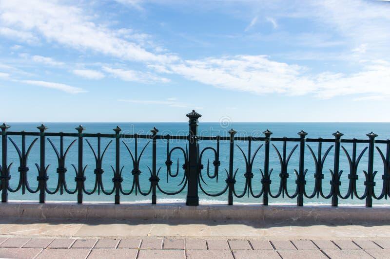 Balcon méditerranéen vers la mer photographie stock libre de droits