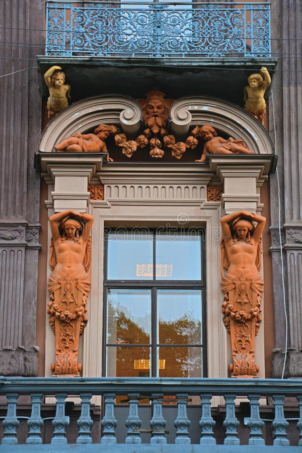 Balcon med statyer av huset av den handels- Utin i St Petersburg, Ryssland royaltyfri fotografi