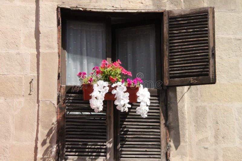 Balcon rustique avec des fleurs images stock