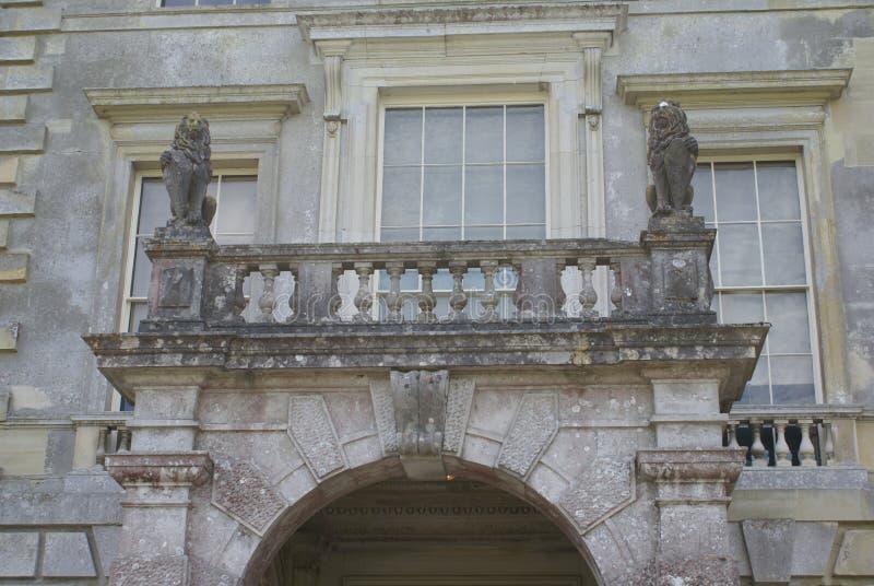 Balcon sculpté de fenêtre avec des statues de lion photographie stock libre de droits