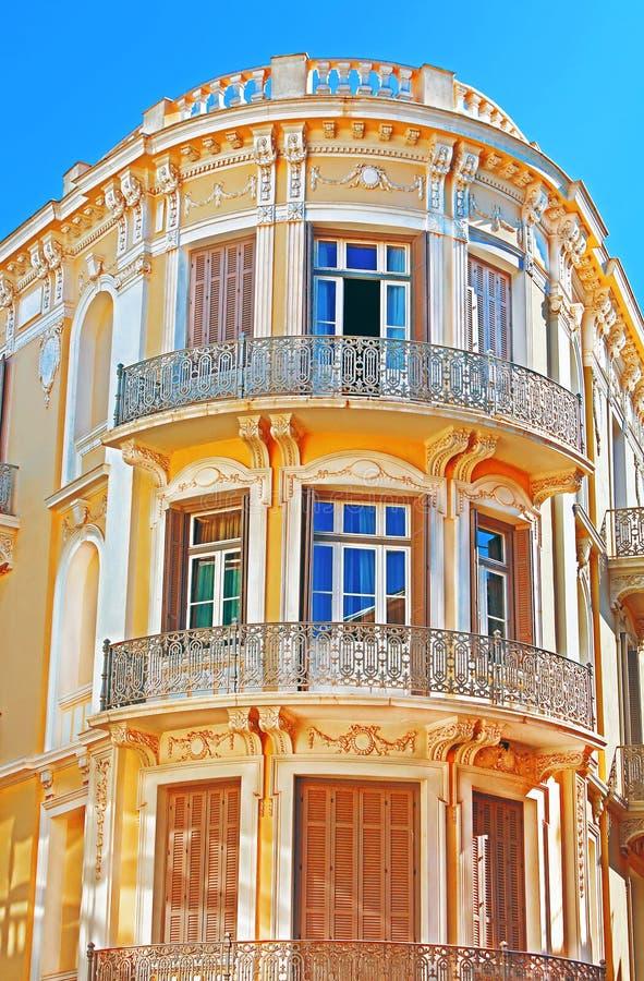 Balcon sur le coin du bâtiment à Athènes image stock