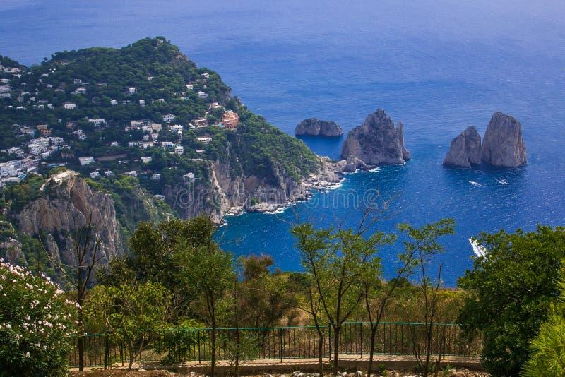 Balcone auf dem schönen faraglioni von Capri-Insel, Italien stockbild
