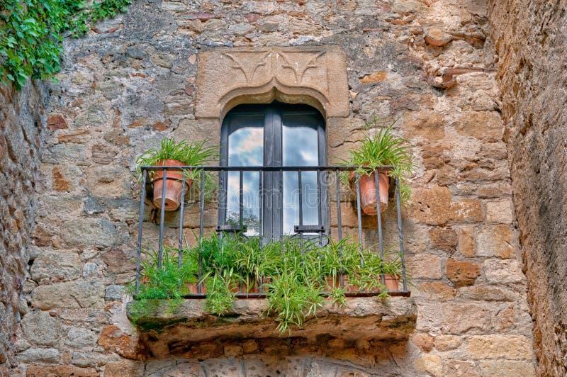 Balcone con i fiori, Peratallada, Spagna fotografie stock