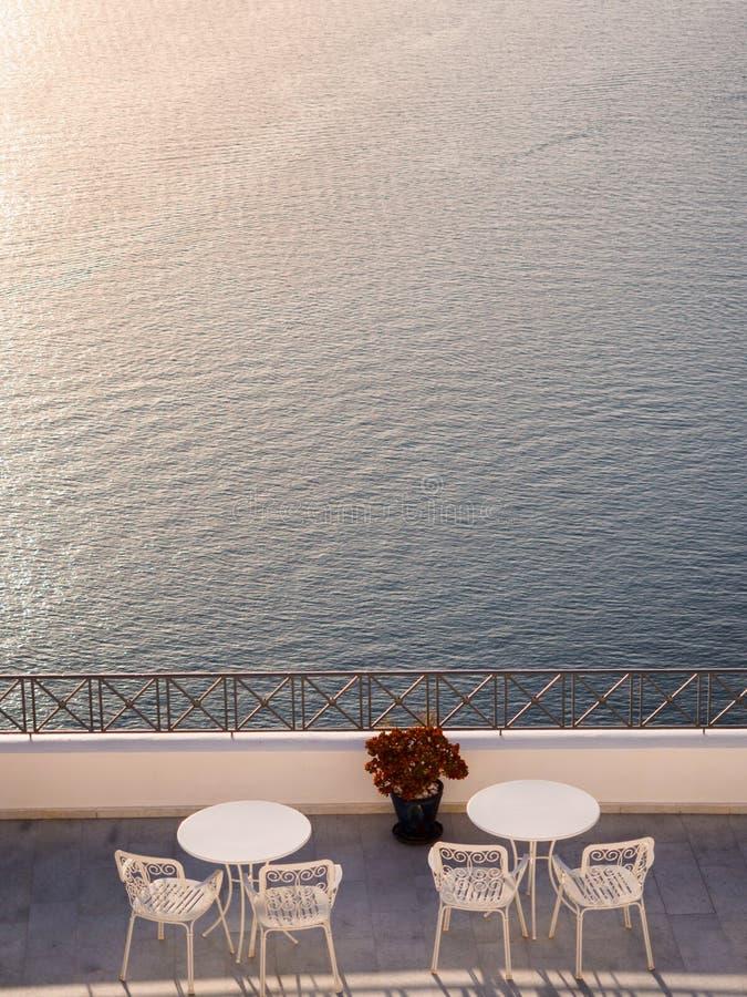 Balcone con le tavole e vista al mare fotografia stock