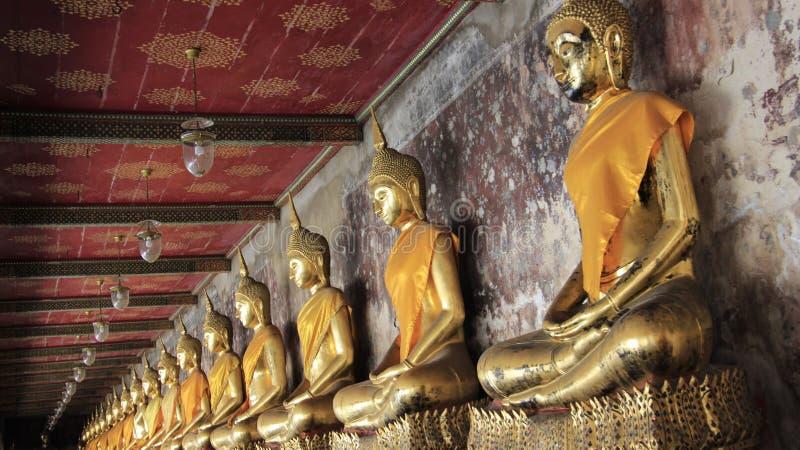 Balcone del tempio Buddhas sulla base dello stucco e sulla vecchia parete fotografie stock libere da diritti
