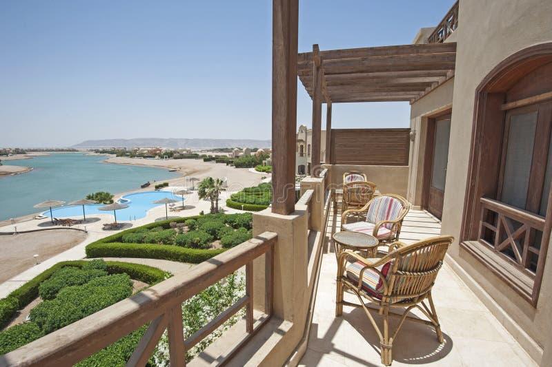 Balcone Del Terrazzo Con Le Sedie In Appartamento Di Lusso Tropicale ...