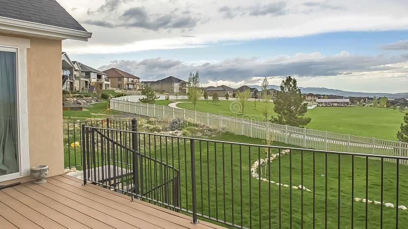 Balcone della struttura di panorama della casa con la vista del lago e della montagna della vicinanza sotto il cielo nuvoloso fotografia stock libera da diritti
