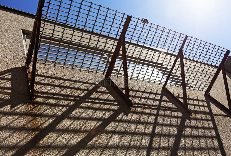 Balcone di griglia che getta le ombre fotografie stock