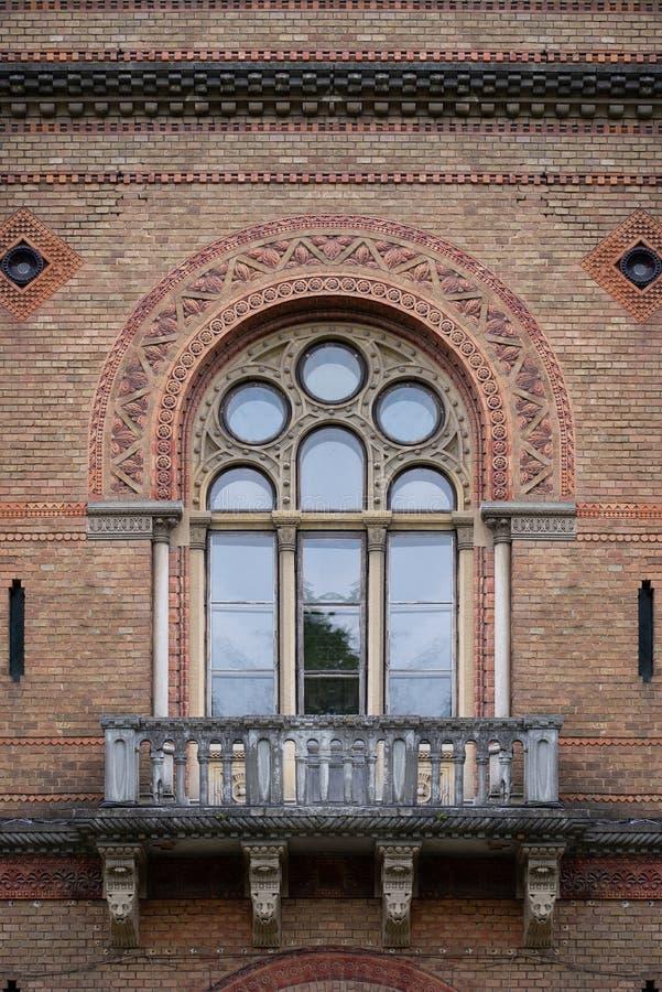 Balcone di pietra antico con la finestra incurvata a partire dal diciannovesimo secolo immagine stock