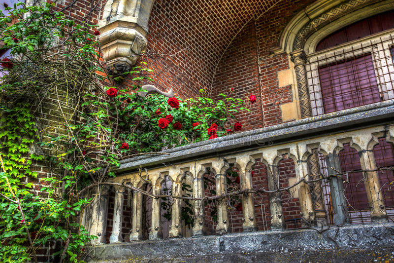 Balcone di un palazzo abbandonato fotografia stock