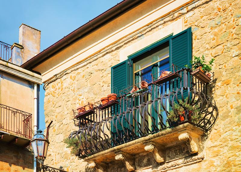 Balcone di vecchia casa in Aidone Sicilia fotografia stock