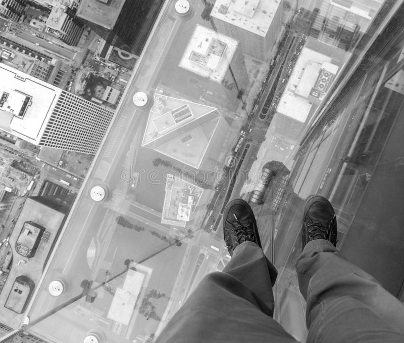 Balcone di vetro allo Skydeck di Willis Tower Chicago, Illinois, U.S.A. Osservi giù dal balcone di vetro allo Skydeck immagine stock
