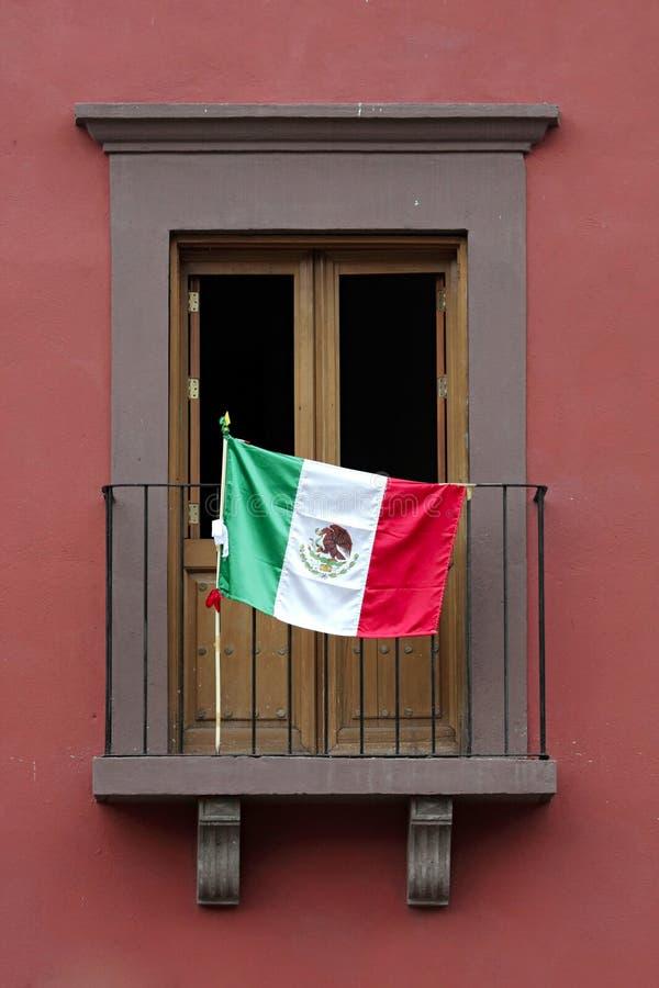 Balcone e bandierina del San Miguel fotografie stock