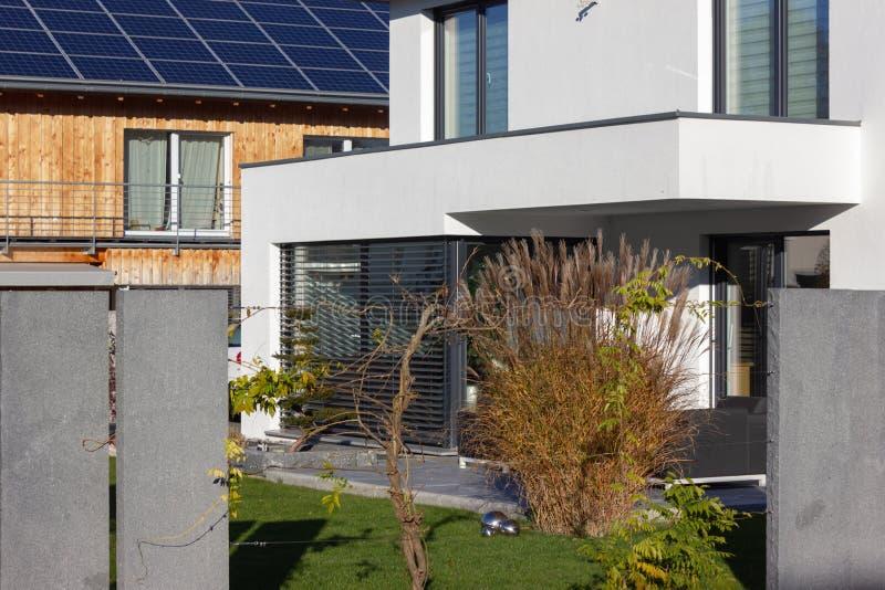 balcone e tetto della costruzione di proprietà privata immagini stock