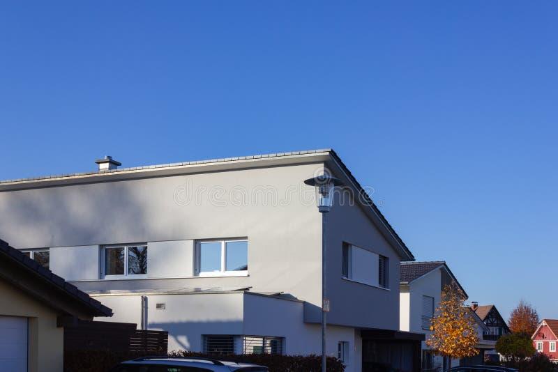 balcone e tetto della costruzione di proprietà privata immagini stock libere da diritti