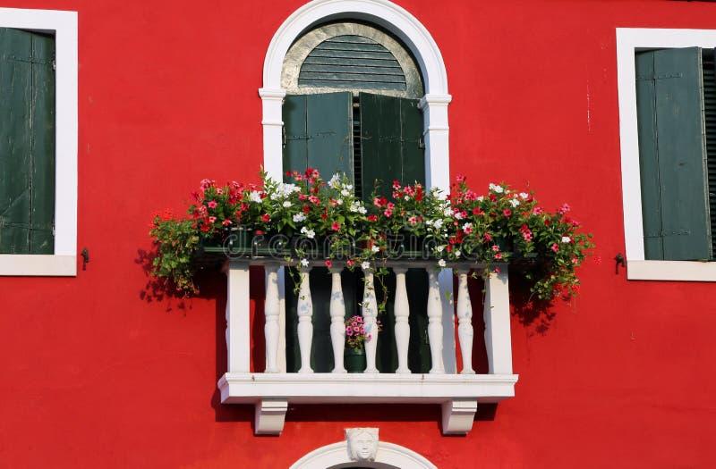 Balcone fiorito con una finestra in casa e molti vasi da for Finestra balcone