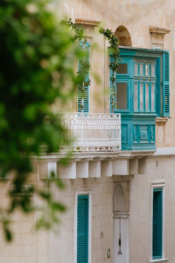 Balcone maltese tradizionale di legno del turchese grazioso in Sliema, Malta fotografia stock