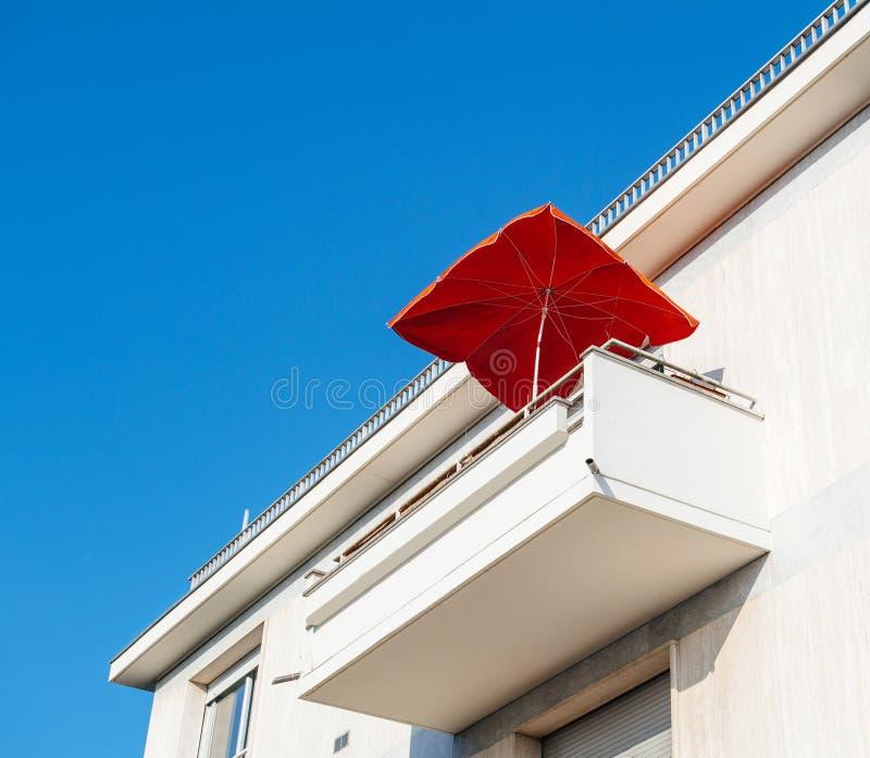Risultati immagini per ombrello dal balcone
