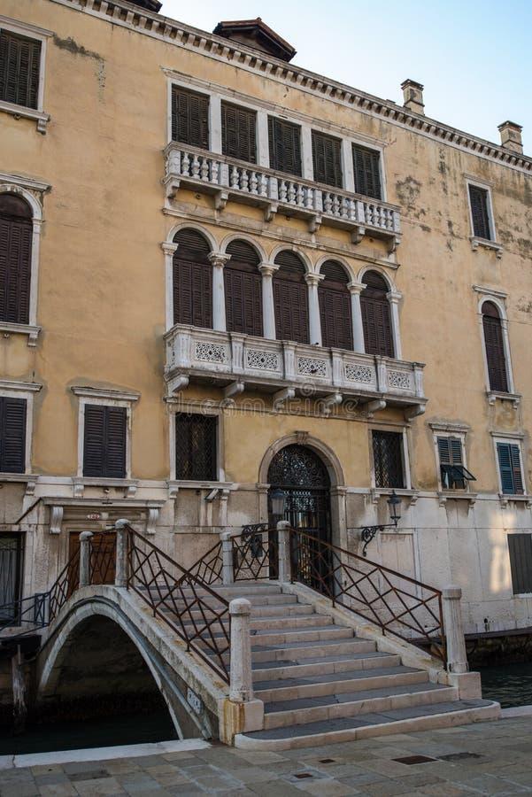 Balcone nello stile italiano classico a Venezia Italia immagine stock libera da diritti