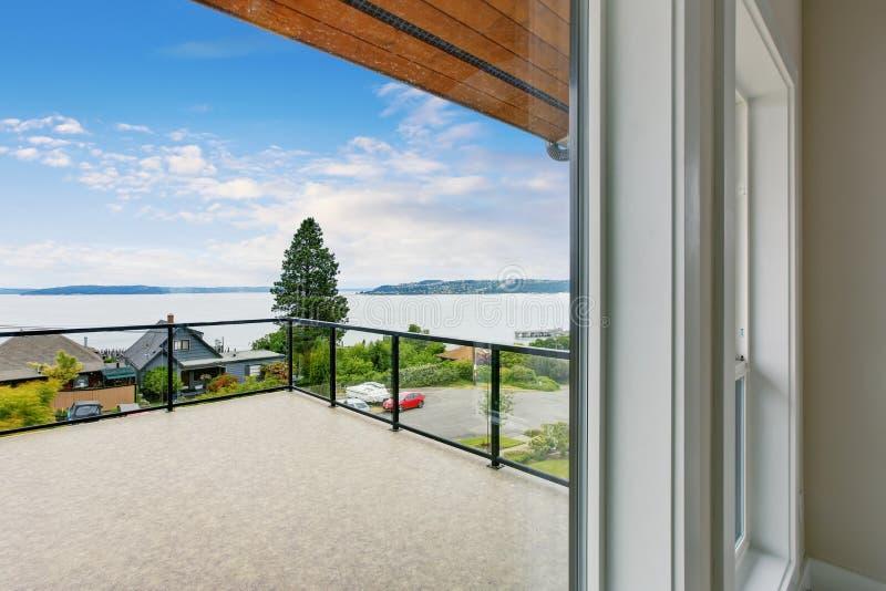 Balcone non ammobiliato e vuoto con la vista perfetta dell'acqua fotografia stock libera da diritti