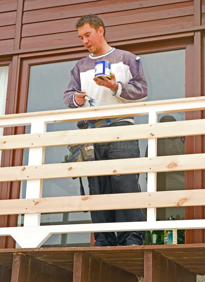 Balcone nuovo di verniciatura su una casa moderna.