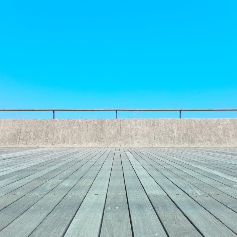 Balcone, pavimento di legno, calcestruzzo, cielo blu fotografia stock