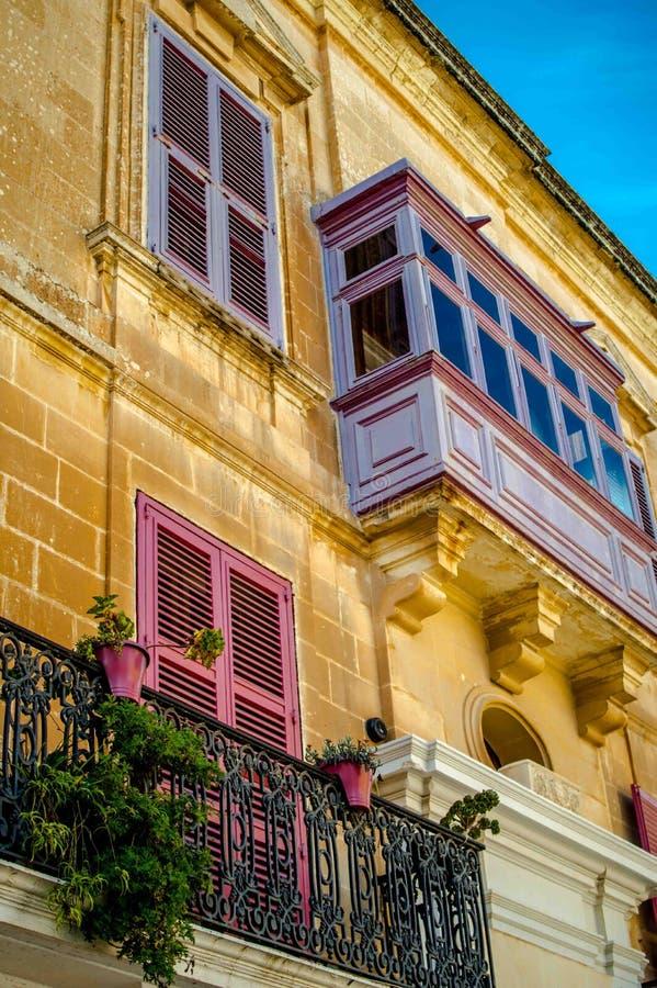 Balcone rosa a Malta immagini stock